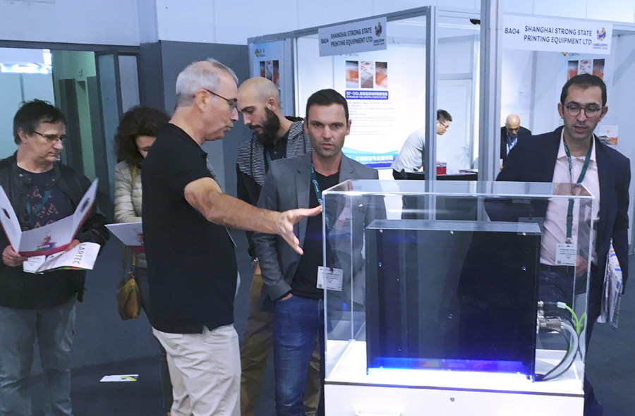 Dominique Martin, from Odesyo, showing Smijet to a visitor